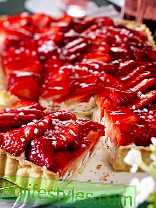 Strawberry cake: juicy, sweet and summery