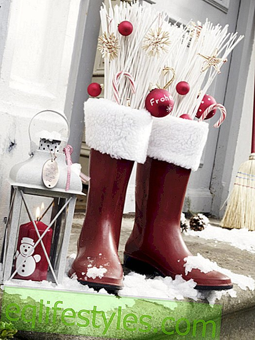 live - Christmas decoration with boots