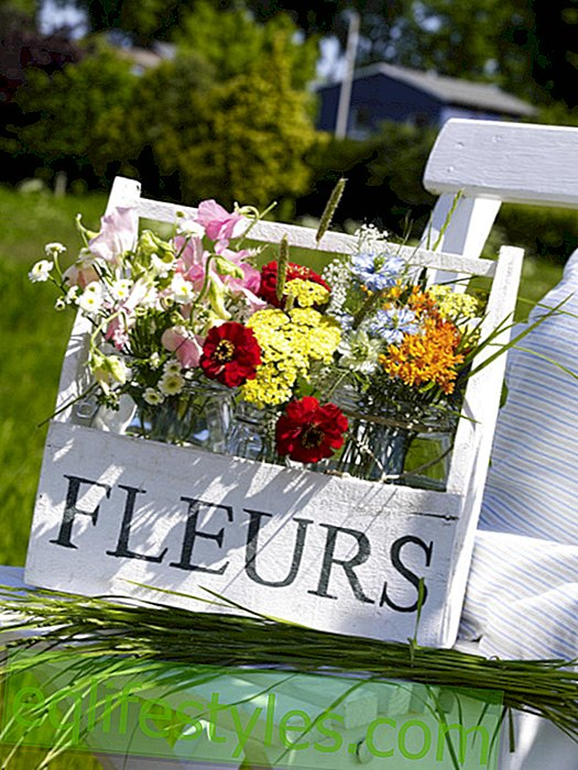 live: Meadow bouquet in floral carrying case made of wood